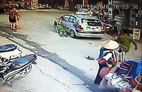 Ha Noi: Bat tam giam lai xe taxi chong nguoi thi hanh cong vu - Anh 1