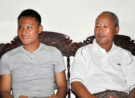 Bo Trong Hoang xuc dong khi con trai tro thanh nguoi hung DT Viet Nam - Anh 2