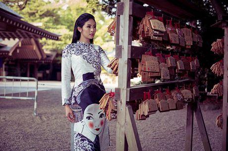 HH Ngoc Han khoe ve kieu diem voi ao dai in hoa tiet la - Anh 4
