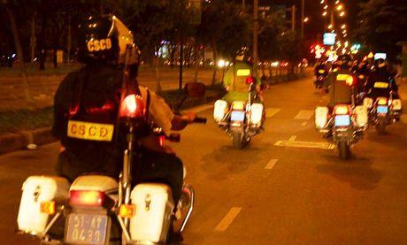 CSGT tam giu nhieu xe sang sau chien thang cua DT Viet Nam - Anh 12