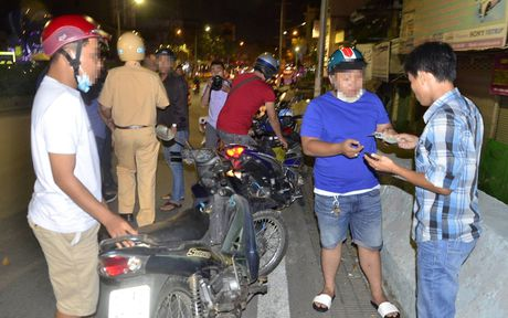 CSGT tam giu nhieu xe sang sau chien thang cua DT Viet Nam - Anh 13
