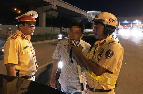 CSGT tam giu nhieu xe sang sau chien thang cua DT Viet Nam - Anh 2
