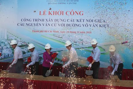 Khoi cong hai nhanh noi cau Nguyen Van Cu - Anh 1
