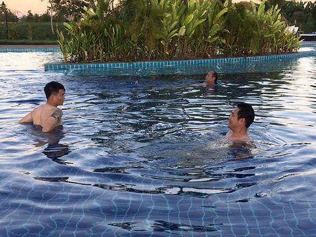 Thay tro Huu Thang thu gian sau chien thang truoc Malaysia - Anh 4