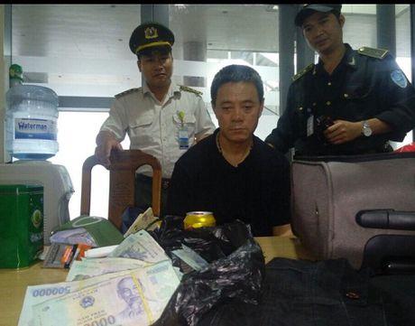 Bat giu khach TQ lay trom 400 trieu cua hanh khach tren chuyen bay - Anh 1