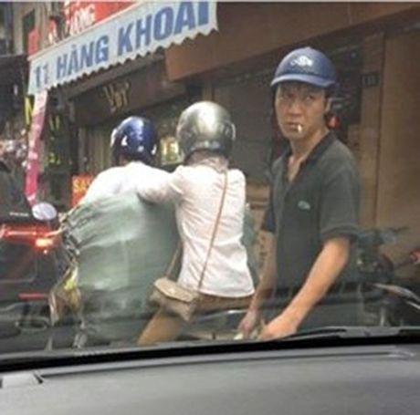 Ten trom than nhien moc tui co gai tren duong pho Ha Noi - Anh 1