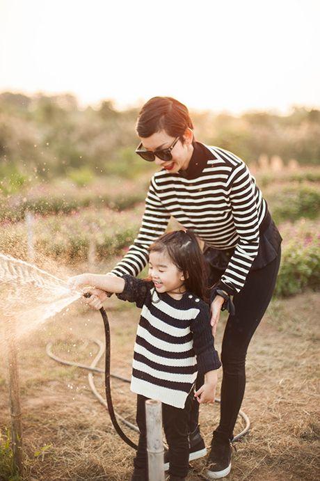 Xuan Lan va con gai vui dua trong nang am dau dong Ha Noi - Anh 7