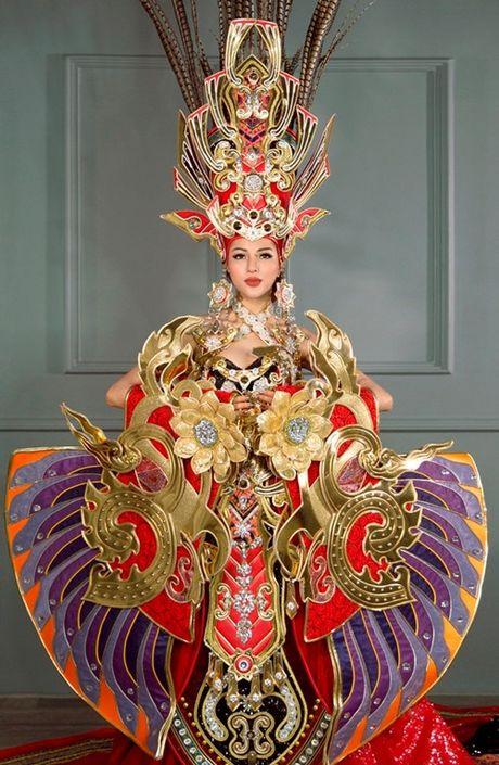 Tranh cai vu trang phuc nua ta cua Kha Trang: 'Co nhat thiet phai la ao dai hay tu than?' - Anh 1
