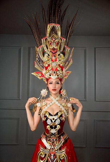 Tranh cai vu trang phuc nua ta cua Kha Trang: 'Co nhat thiet phai la ao dai hay tu than?' - Anh 4
