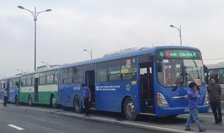 Ba xe buyt tong lien hoan, hang tram hanh khach hoang hon - Anh 1