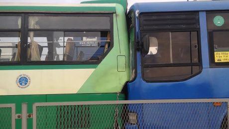 Ba xe buyt tong lien hoan, hang tram hanh khach hoang hon - Anh 2