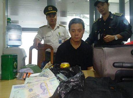 Mot khach Trung Quoc trom 400 trieu dong tren may bay - Anh 1