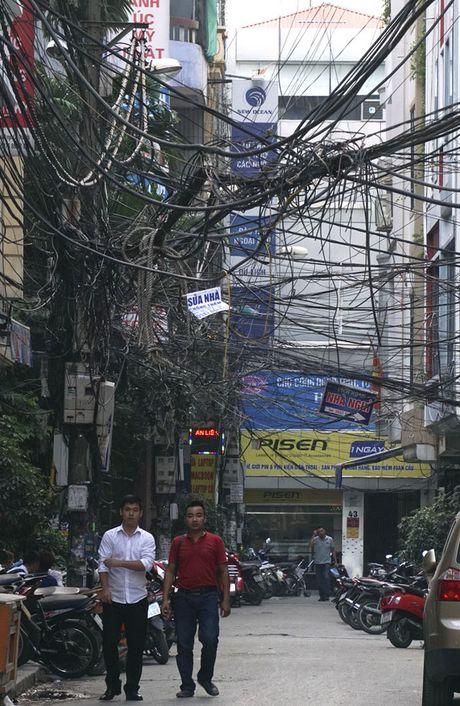 Ha Noi: Mang luoi 'rac troi' van giang chang chit khap pho - Anh 4