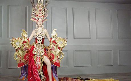 Tranh cai quanh bo quoc phuc tham du Hoa hau Sieu quoc gia cua thi sinh Viet - Anh 1