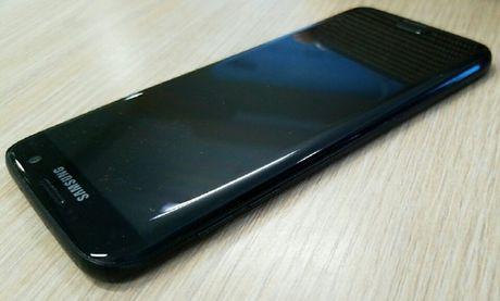 Lo anh thuc te Galaxy S7 edge den bong - Anh 1