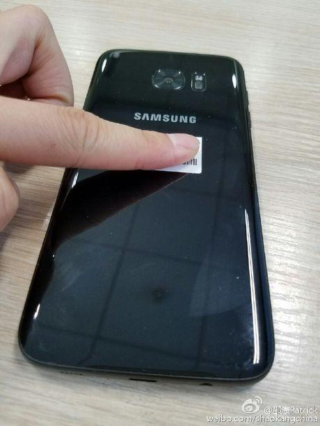 Lo anh thuc te Galaxy S7 edge den bong - Anh 4