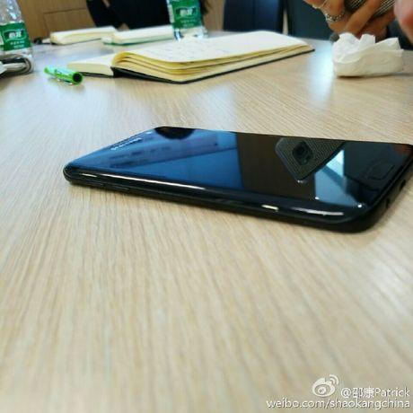 Lo anh thuc te Galaxy S7 edge den bong - Anh 5