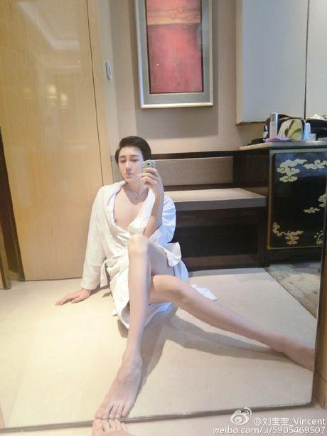 Khong chi khuon mat, chang trai 'mat ran' con so huu voc dang het hon - Anh 2