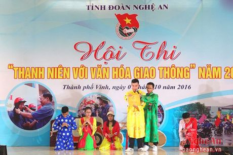 Giao duc Luat ATGT cho hoc sinh: Dung bat coc bo dia - Anh 3