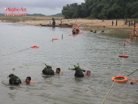 Trung doan 335 dien tap boi vuot song co vu khi - Anh 2