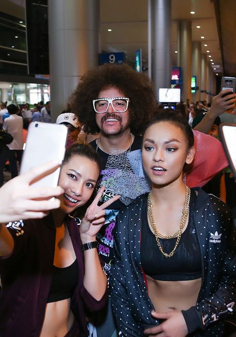 Lilly Nguyen, Mai Ngo ra san bay don 'ong hoang party rock' Redfoo - Anh 6