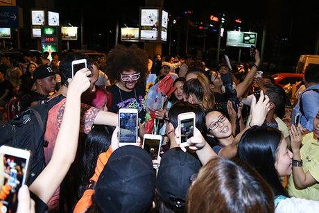 Lilly Nguyen, Mai Ngo ra san bay don 'ong hoang party rock' Redfoo - Anh 9