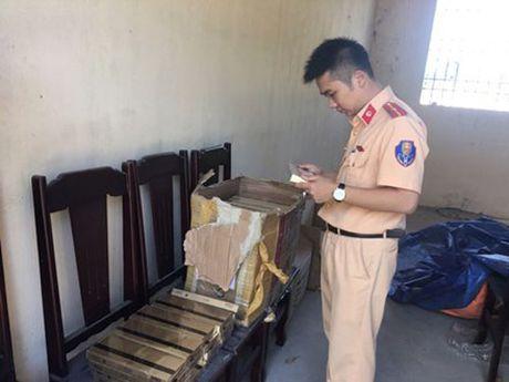 CSGT Thanh Hoa bat giu 950 bao thuoc la lau - Anh 4