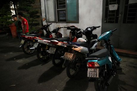CSGT hoa trang tuan tra dua xe, kiem tra hanh chinh nguoi Sai Gon xuyen dem - Anh 12