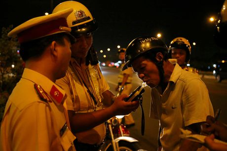 CSGT hoa trang tuan tra dua xe, kiem tra hanh chinh nguoi Sai Gon xuyen dem - Anh 3