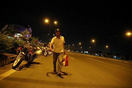 CSGT hoa trang tuan tra dua xe, kiem tra hanh chinh nguoi Sai Gon xuyen dem - Anh 4