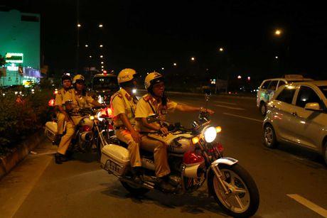 CSGT hoa trang tuan tra dua xe, kiem tra hanh chinh nguoi Sai Gon xuyen dem - Anh 5