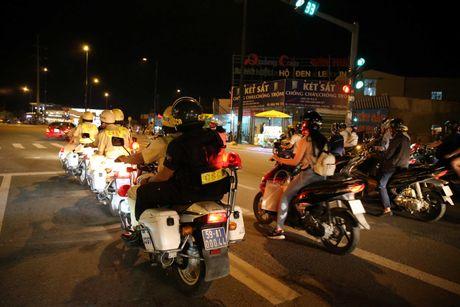 CSGT hoa trang tuan tra dua xe, kiem tra hanh chinh nguoi Sai Gon xuyen dem - Anh 7