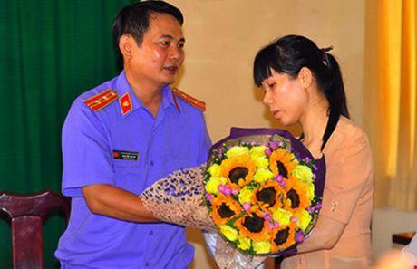 Pho truong cong an huyen bi cach chuc vi bat oan dan - Anh 1