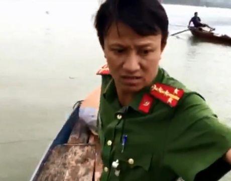 Cong an cuu nguoi phu nu nhay cau Ben Thuy tu van - Anh 1