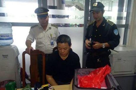 Khach Trung Quoc trom 400 trieu tren may bay - Anh 1