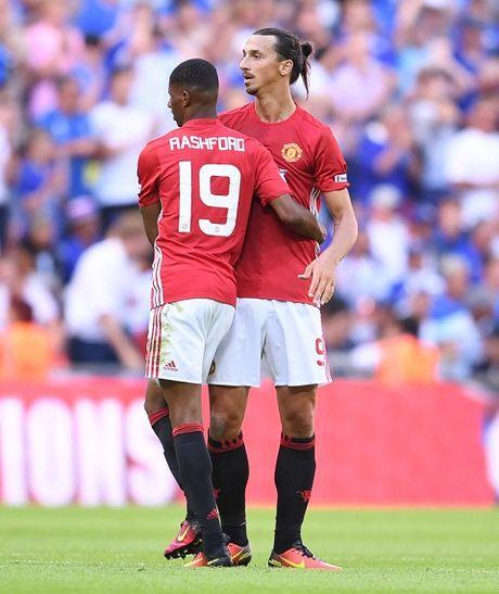 Man United va chuyen gia han hop dong voi Ibra: Tai sao nen, tai sao khong? - Anh 3