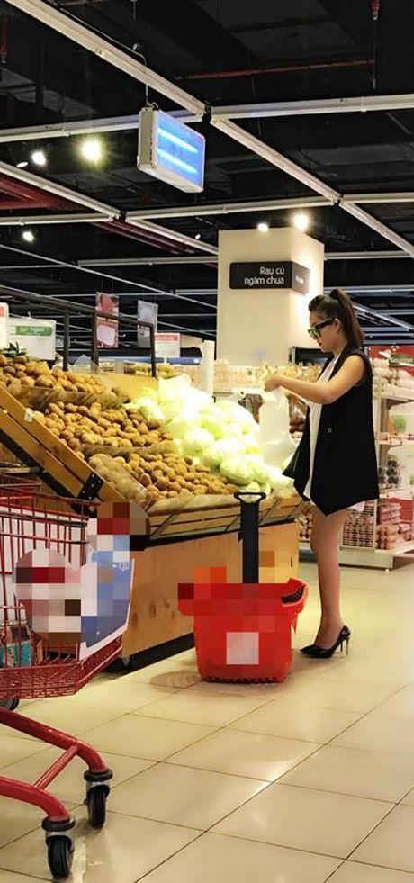 Khoe lai sau dot quy, Phi Thanh Van di cho, vao bep to chuc sinh nhat cho me - Anh 2