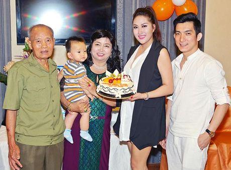 Khoe lai sau dot quy, Phi Thanh Van di cho, vao bep to chuc sinh nhat cho me - Anh 9