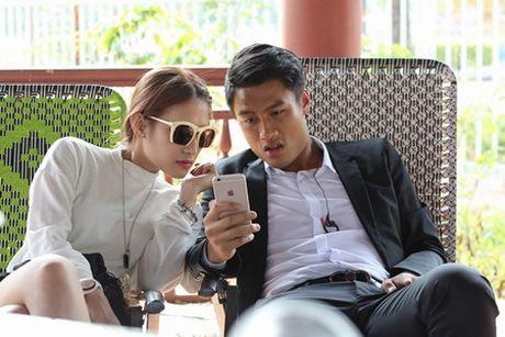"Mac Hong Quan va ""nguoi dep ngu gat"" Emmy Nguyen tinh cam tren phim truong - Anh 3"