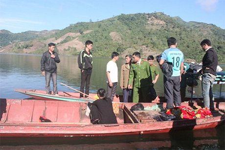 Tim thay nan nhan thu 2 trong vu lat thuyen tai Lai Chau - Anh 1