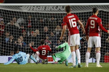 Man United de bep Feyenoord, tien sat vong knock-out - Anh 4