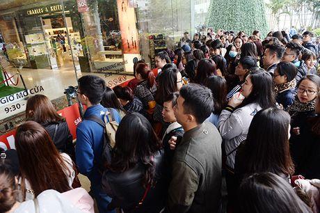Nguoi dan Ha Noi xep hang dai cho mua do trong ngay Black Friday - Anh 2