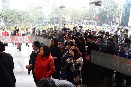 Nguoi dan Ha Noi xep hang dai cho mua do trong ngay Black Friday - Anh 3