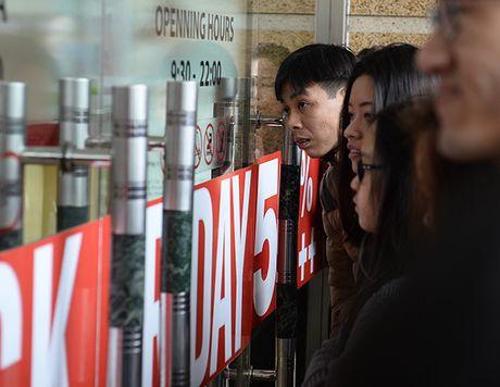 Nguoi dan Ha Noi xep hang dai cho mua do trong ngay Black Friday - Anh 4