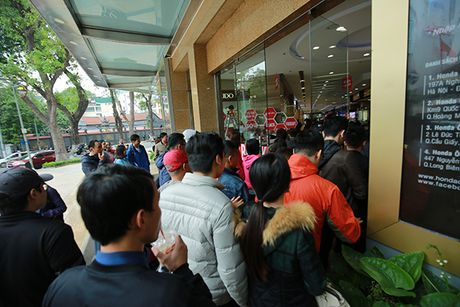 Nguoi dan Ha Noi xep hang dai cho mua do trong ngay Black Friday - Anh 7