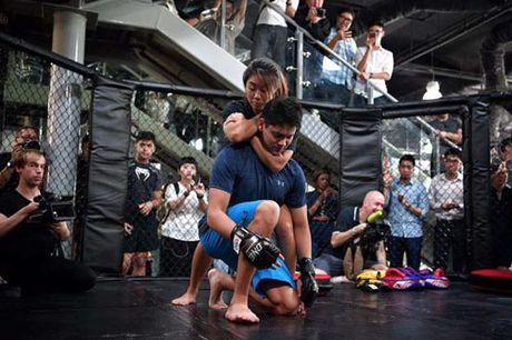 "Nguoi hung boi chau A ""vat lon"" voi my nu vo MMA - Anh 2"