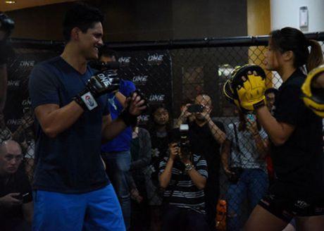 "Nguoi hung boi chau A ""vat lon"" voi my nu vo MMA - Anh 5"