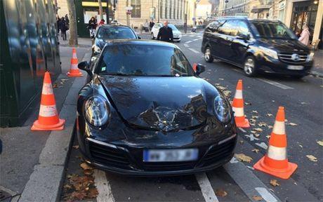 Xe Porsche bi cho no nap cop vi nam o cho do taxi - Anh 1