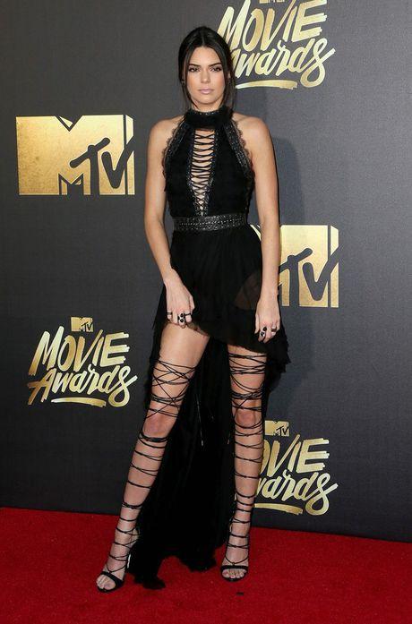 Kendall Jenner: Tu cai bong cua Kim Kardashian den 'nu hoang catwalk' - Anh 10