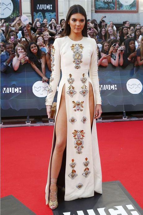 Kendall Jenner: Tu cai bong cua Kim Kardashian den 'nu hoang catwalk' - Anh 13